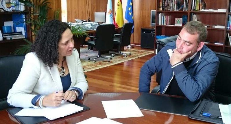 El alcalde de Cerdido y la delegada territorial de la Xunta, ayer.