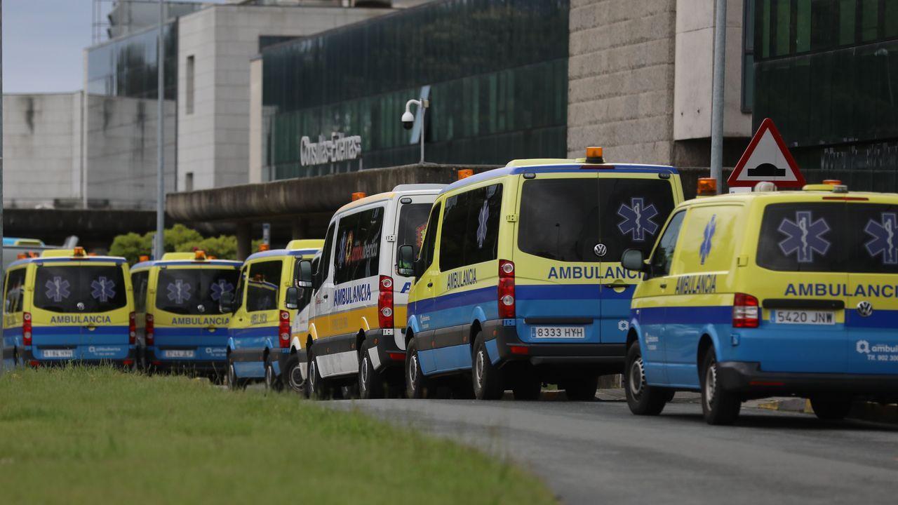 Los barbanzanos se echaron a las calles para aprovechar el buen tiempo.Minuto de silencio en el Hospital Clínico Universitario de Santiago por los muertos del coronavirus