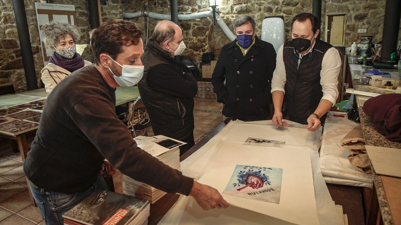 entrega de diplomas del quinto curso de grabado en museo do gravado de artes