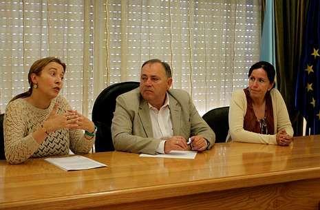 Angrois.Ángeles Pazos, José Manuel López Varela y Patricia Bello, ayer, durante la presentación de la campaña.