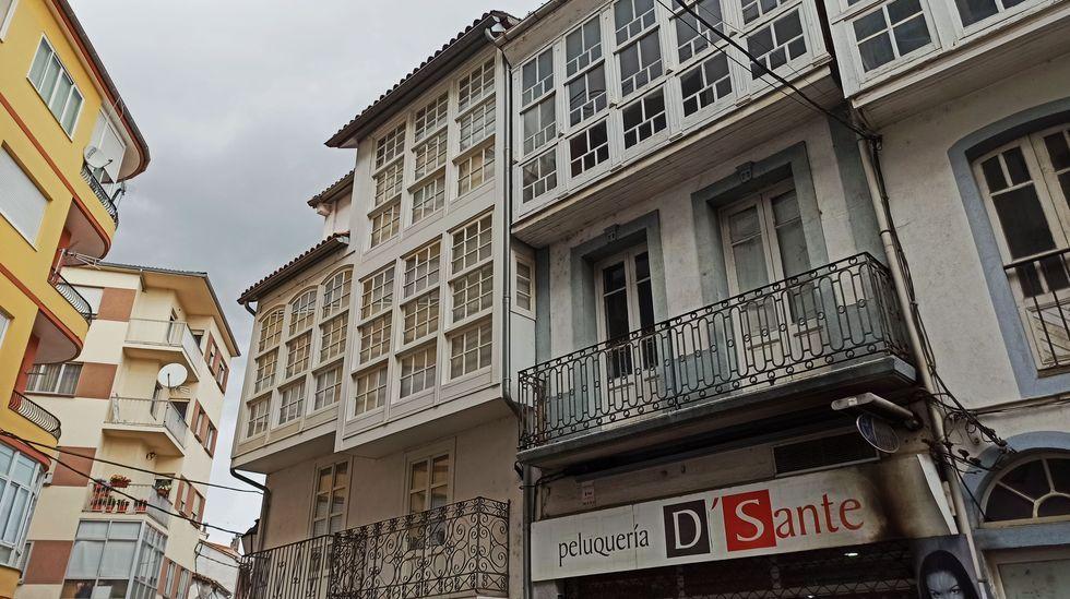 Edificios de tipología antigua junto a otros modernos en una calle del centro de Monforte