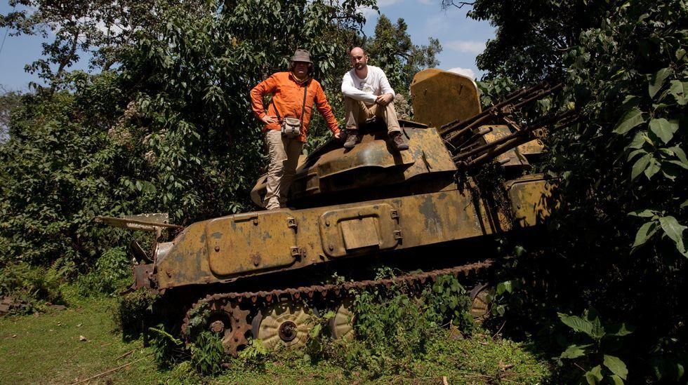 Xurxo Ayán, co arqueólogo Alfredo González Ruibal, sobre os restos dun tanque soviético dos anos 80 durante unha expedición científica en Etiopía que se levou a cabo no 2006