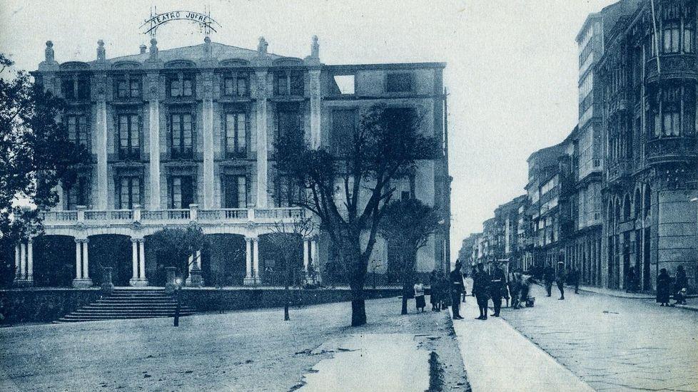 Aspecto del atrio del teatro Jofre en los años veinte, en una postal antigua editada por Casa Leira