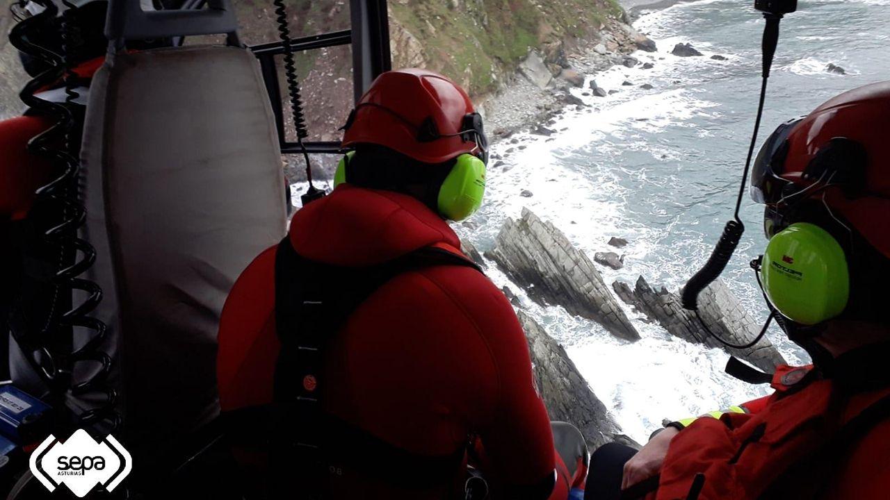 Tripulantes del Pico da Lebre en el puerto de Burela.Rastreo en Muros del Nalón en búsqueda del percebero desaparecido