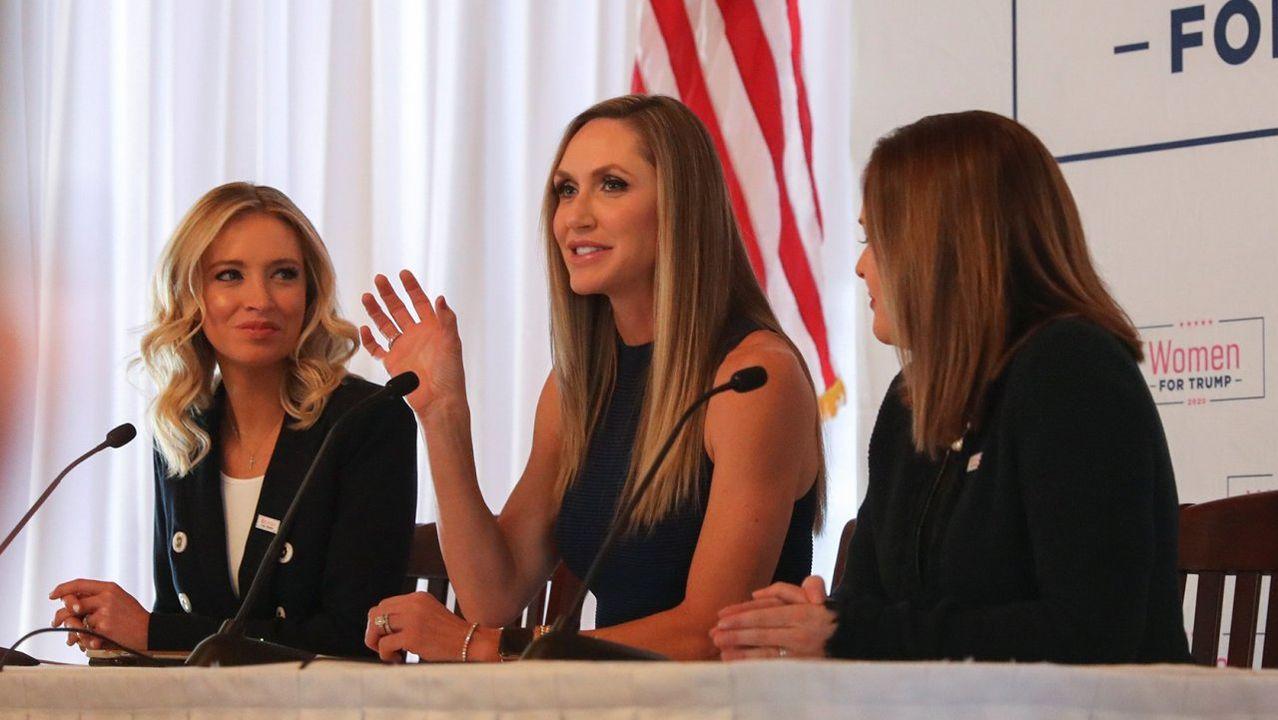 McEnany (a la izquierda) escucha a Lara Trump, en un acto de la caravana  Women for Trump el pasado enero en Iowa