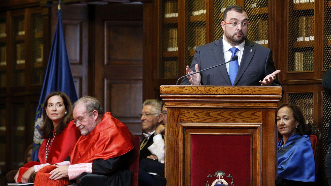 Adrián Barbón interviene en la inauguración del curso, ante Leopoldo Tolivar