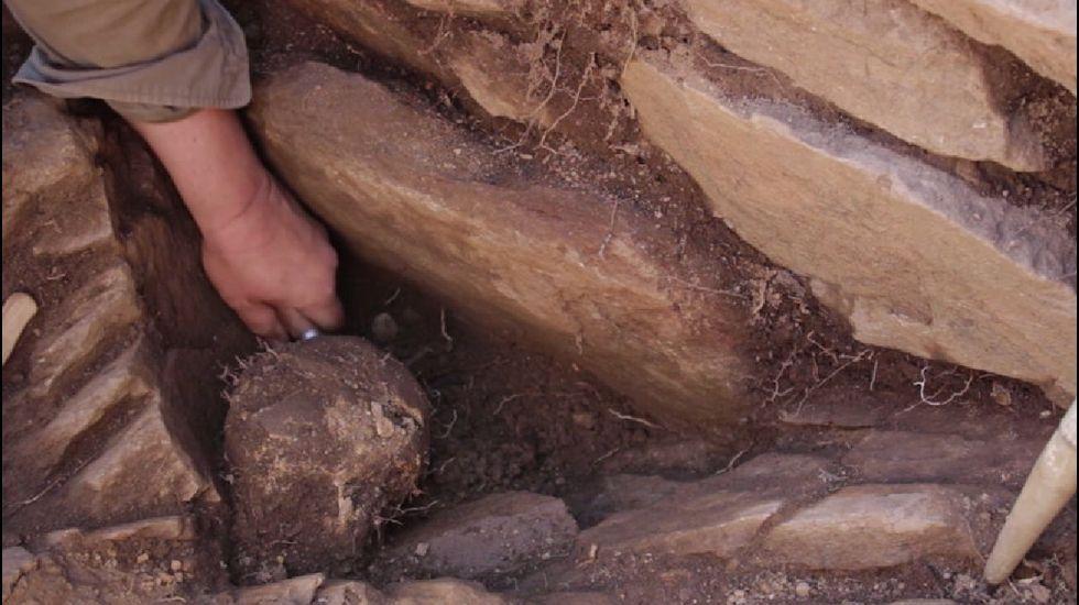 Exhumación del cráneo humano hallado en Os Conventos en una captura de vídeo de un episodio de la serie documental Adegas da Memoria que fue difundido esta semana en Internet por los responsables del proyecto arqueológico de la parroquia de Vilachá