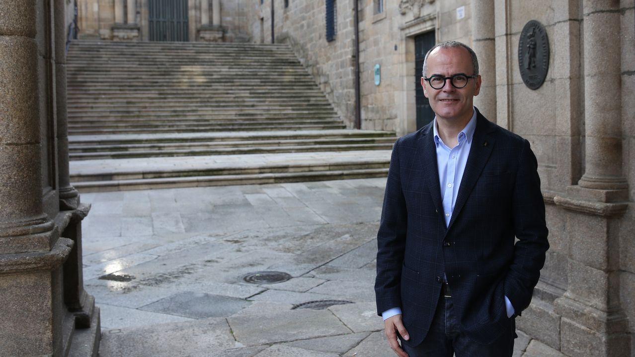 Jesús Vázquez posa al lado de la casa consistorial de Ourense