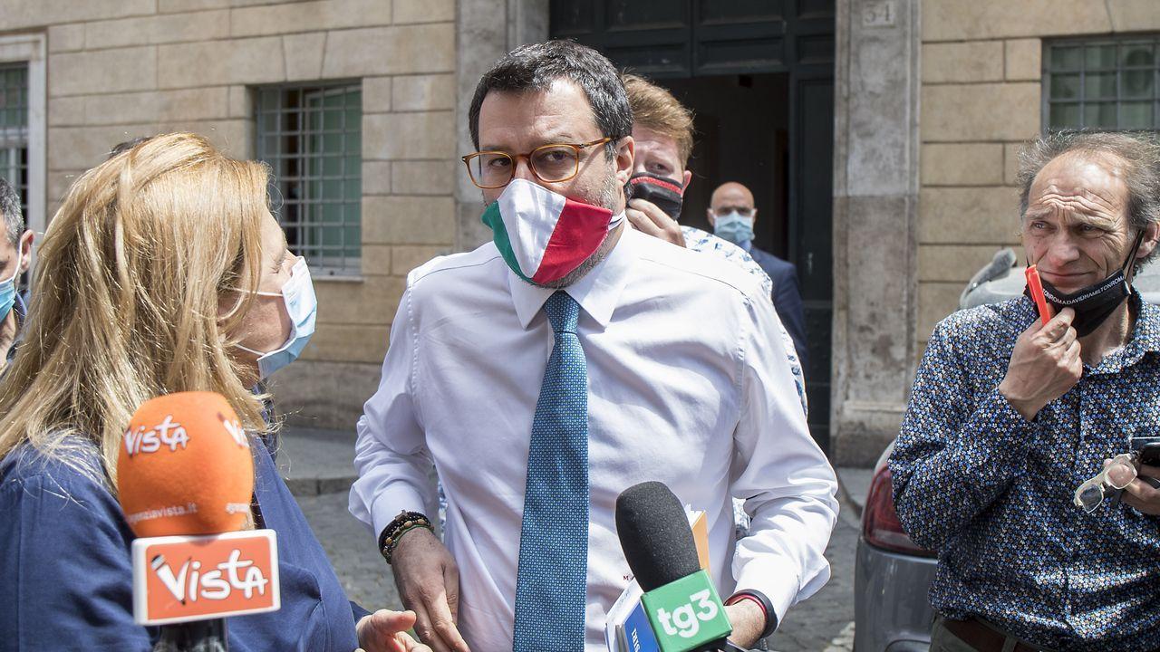 Padre Ángel.Matteo Salvini habla a los medios a su llegada a la votación en la junta del Senado