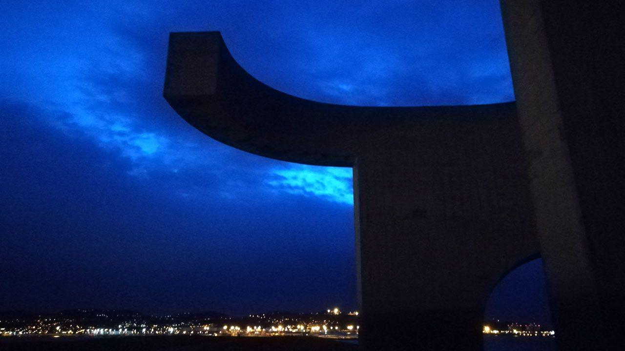 Imagen de la nube de contaminación en Gijón tomada por la Coordinadora Ecologista.Una vista nocturna del 'Elogio del Horizonte'