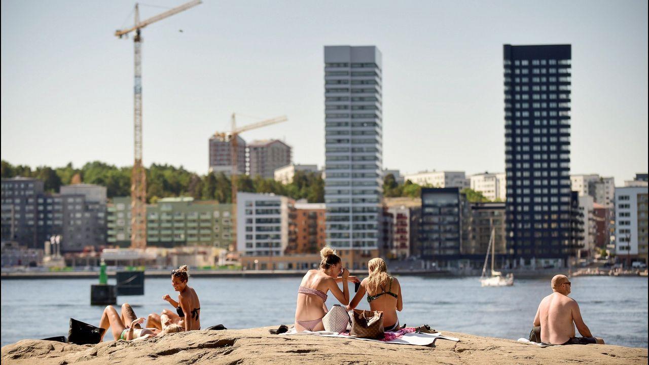 La obra de teatro  Follow the Vikings  cautiva con su espectáculo de luces.Personas toman un baño en el centro de Estocolmo (Suecia)