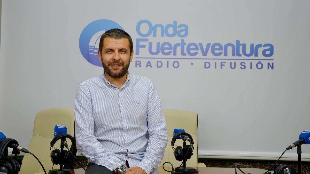 Un grupo de pasajeros consulta los vuelos en el Aeropuerto de Asturias.Alberto Veiga dirige la emisora Onda Fuerteventura y también presenta todo tipo de actos