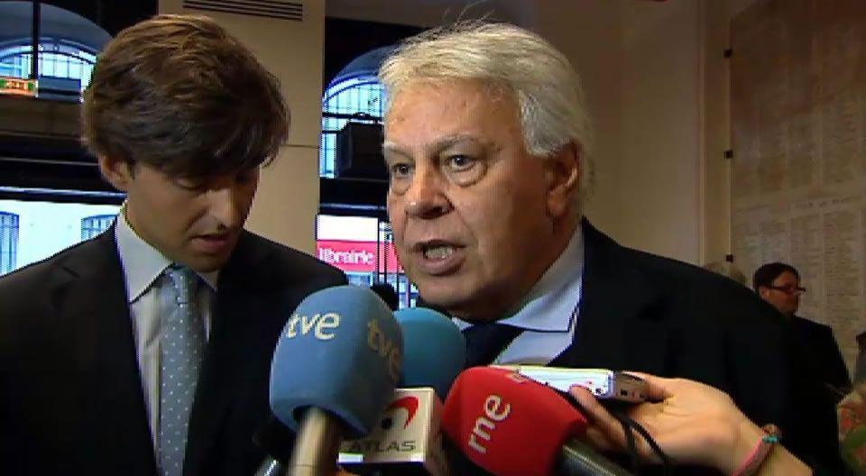Felipe, Aznar y los jarrones chinos.Montoro entrega los PGE a Posada