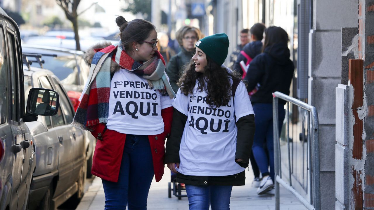 Así celebraron el quinto en O Grove.La tienda delicatessen. Adela Fernández, de la queseria, Prestes, sí cree que los agraciados realizarán la mayor parte del gasto en el pueblo.