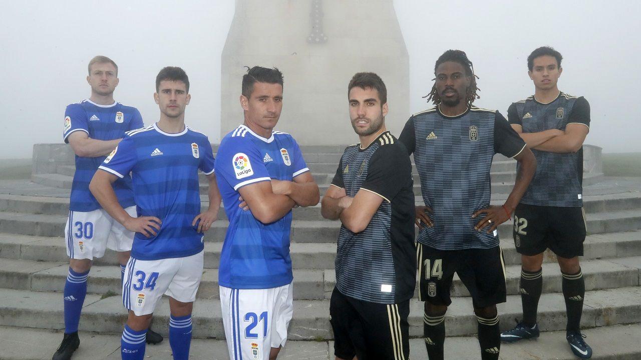 Carlos Tartiere aficion Real Oviedo.Cortina, Jimmy, Berjón, Diegui, Boateng y Steven posan con las equipaciones