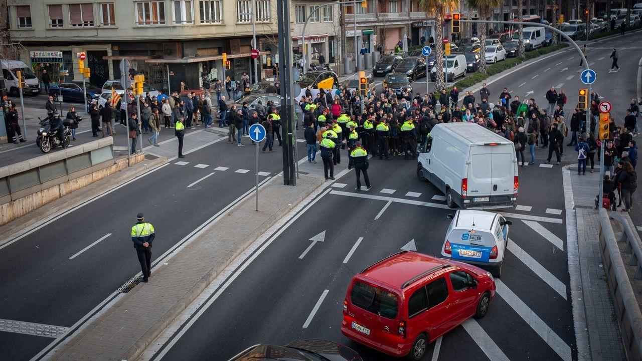 Manifestantes cortando la ronda General Mitre de Barcelona por la huelga