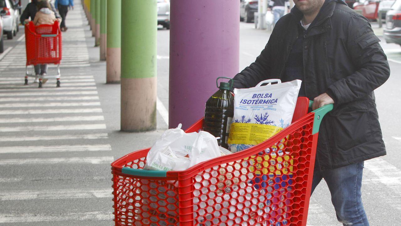 Es habitual ver los carros de la compra llenos en los supermercados gallegos en los últimos días.