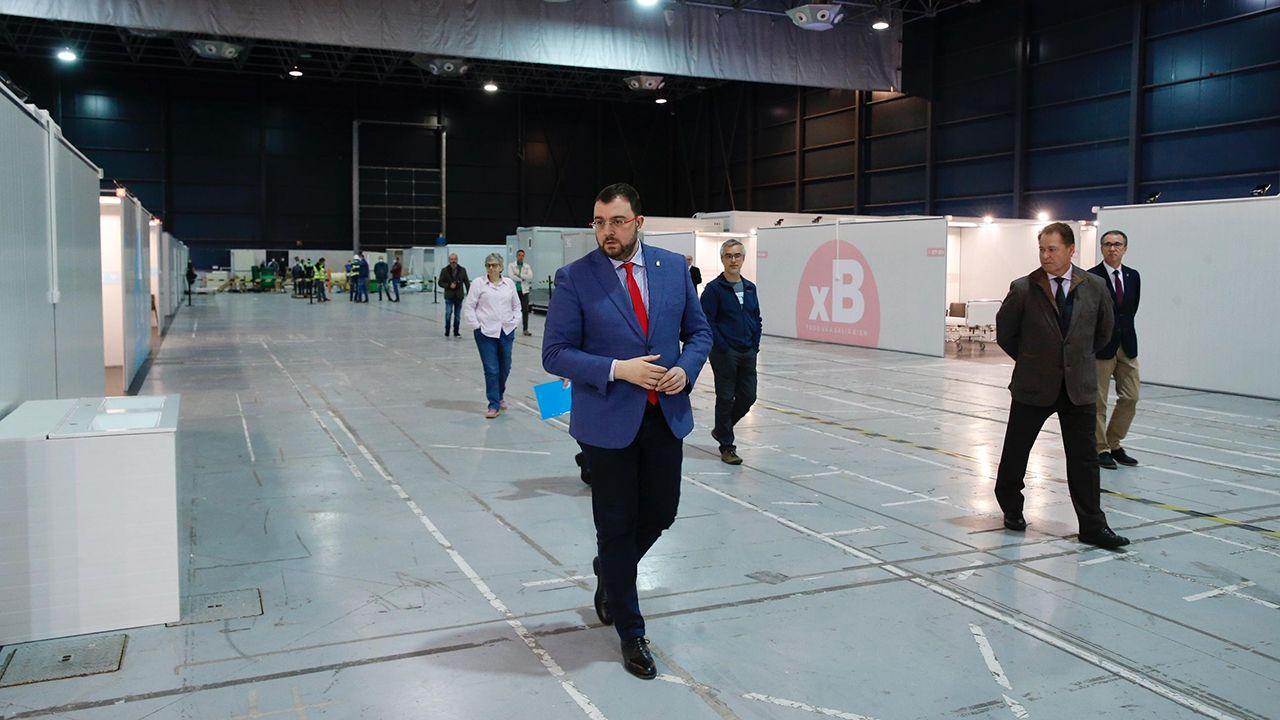 El presidente del Principado, Adrián Barbón, durante su visita la unidad de hospitalización instalada en el pabellón central del recinto ferial Luis Adaro, en Gijón