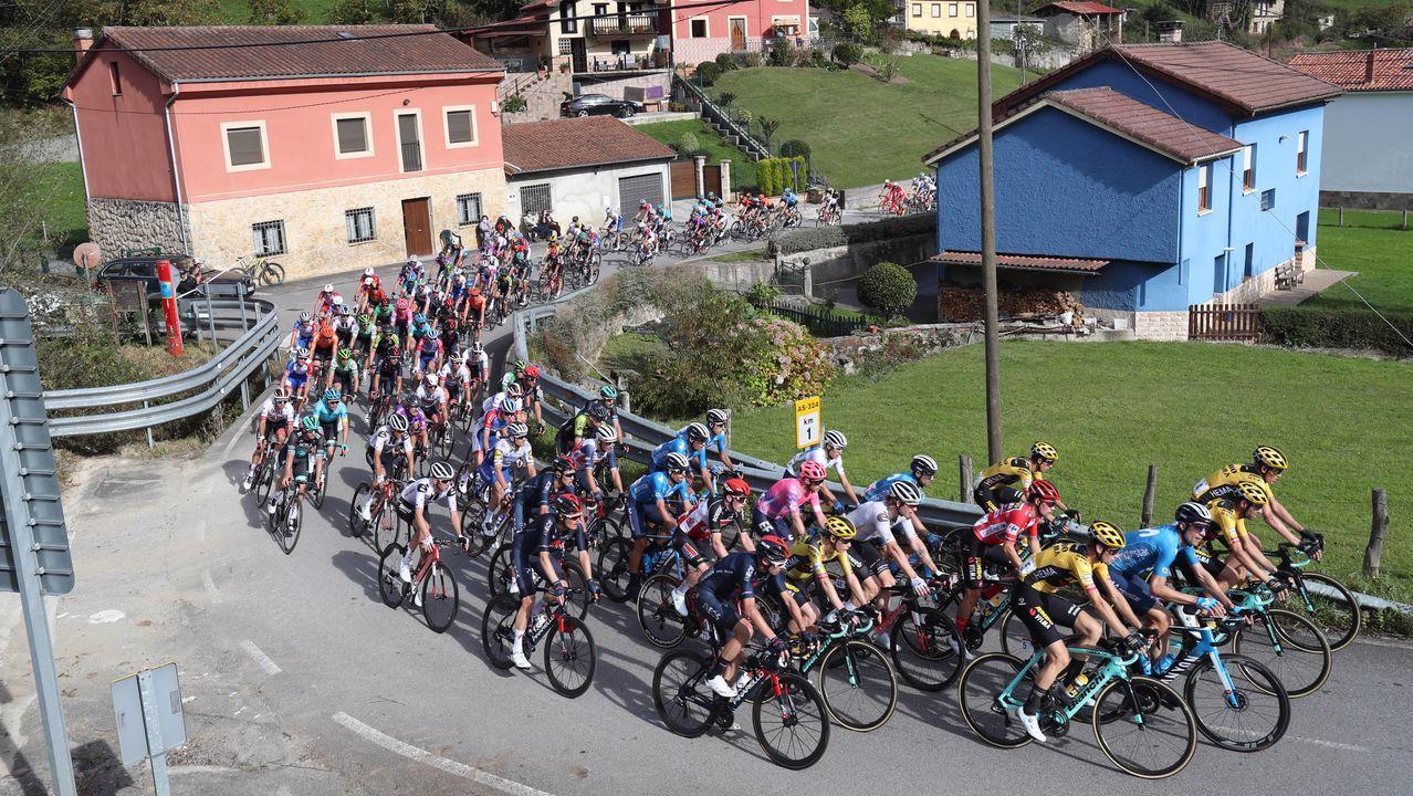 El pelotón rueda durante la etapa Villaviciosa - Alto de la Farrapona