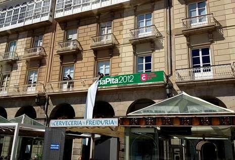 Ayer fueron retirados los carteles que adornaron María Pita durante las fiestas