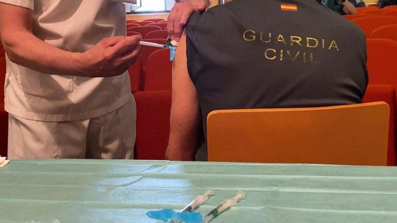 Vacunación de miembros de la Guardia Civil en el Hospital Montecelo, de Pontevedra