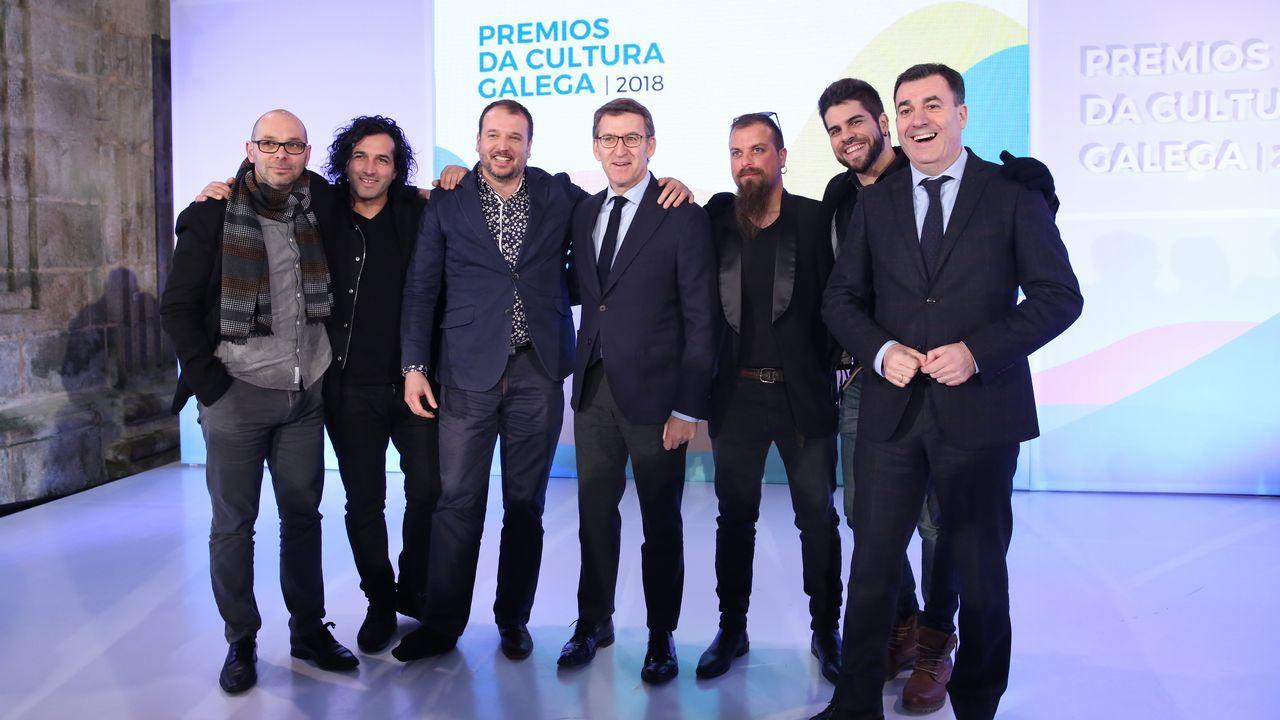 Integrantes de A Roda co presidente da Xunta e o conselleiro de Cultura