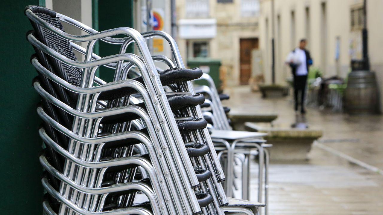 Sillas de la terraza de una cafetería de Monforte apiladas junto al local