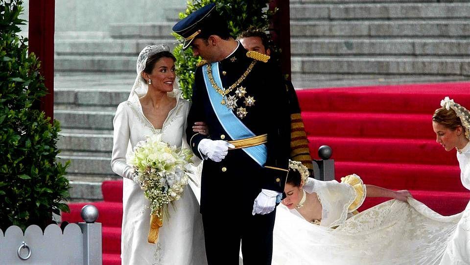 Los príncipes consolando a los familiares.