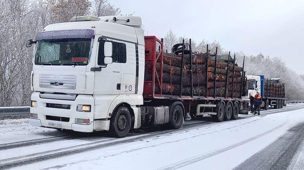 Un camión parado en el arcén del tramo del corredor de Chantada a Lalín que pasa por el Alto do Faro