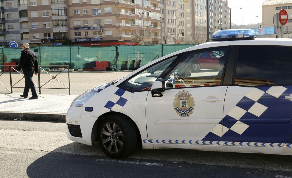 El polémico traslado del Alfageme a la rotonda de Coia.Una patrulla policial en coche seguía ayer clavada junto a la rotonda de Coia para evitar que la ocupen colectivos vecinales.