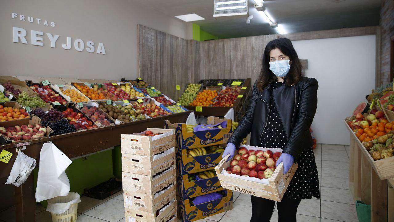 Primer mercadillo de alimentos en a Pobra do Caramiñal.Manuel Durán actualiza diariamente el marcador con el que quiere homenajear a las víctimas del virus en España
