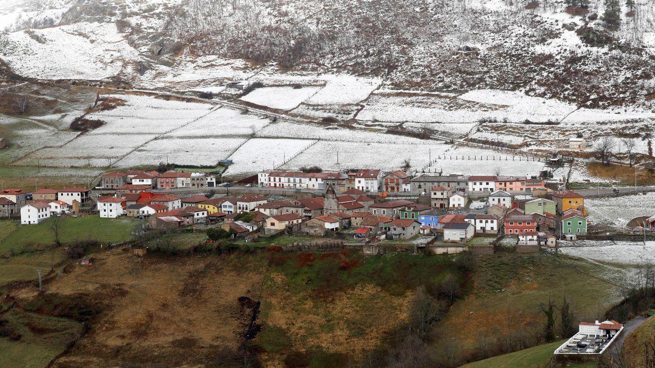 El pueblo de Pajares parcialmente cubierto por la nieve