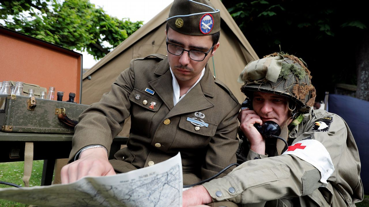 Personas caracterizadas de soldados participan en la dramatización histórica del Día D cerca a la costa de Normandía