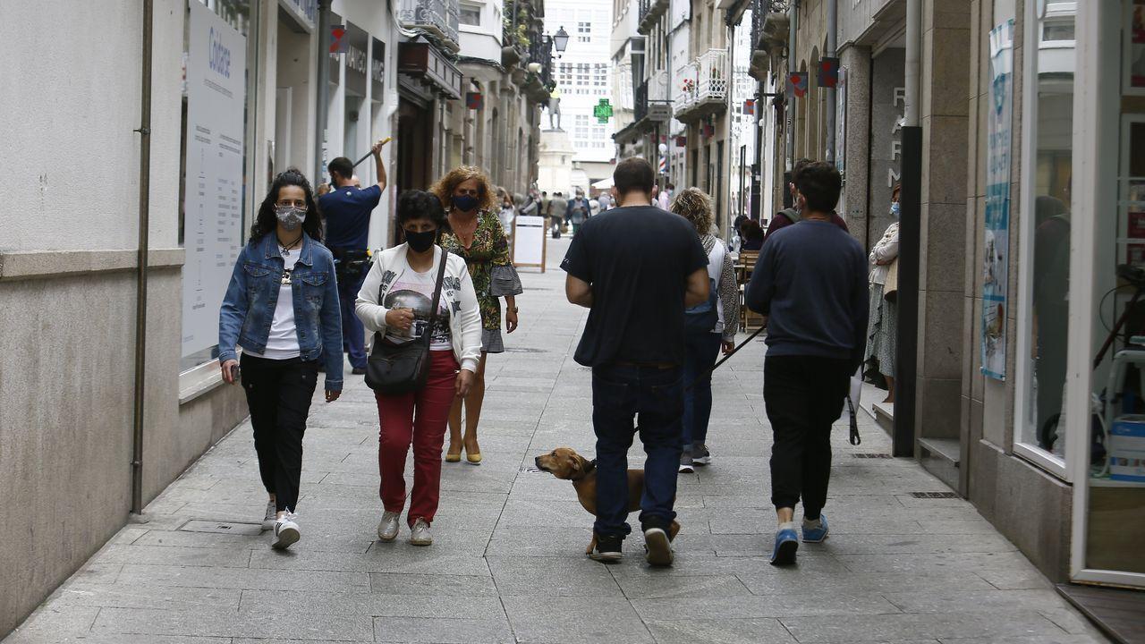 Una calle de Viveiro este miércoles, con todos los viandantes utilizando mascarillas