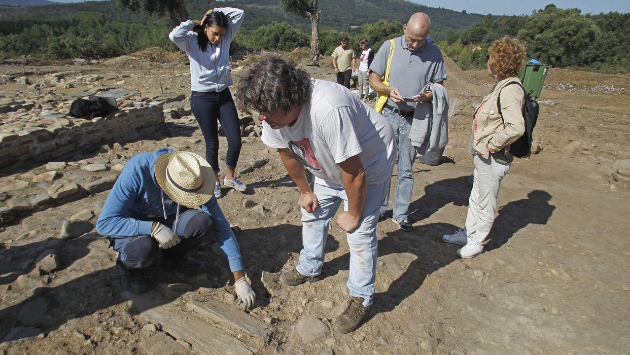 Exhumación de una sepultura medieval en la última campaña arqueológica llevada a cabo en el castro de San Lourenzo, que concuyó la semana pasada