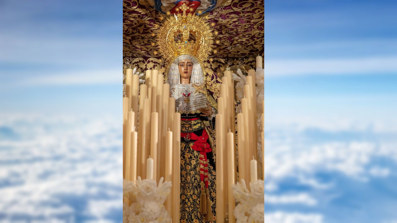 Imagen de la Virgen del Baratillo, con el fajín rojo donado por la familia de Franco