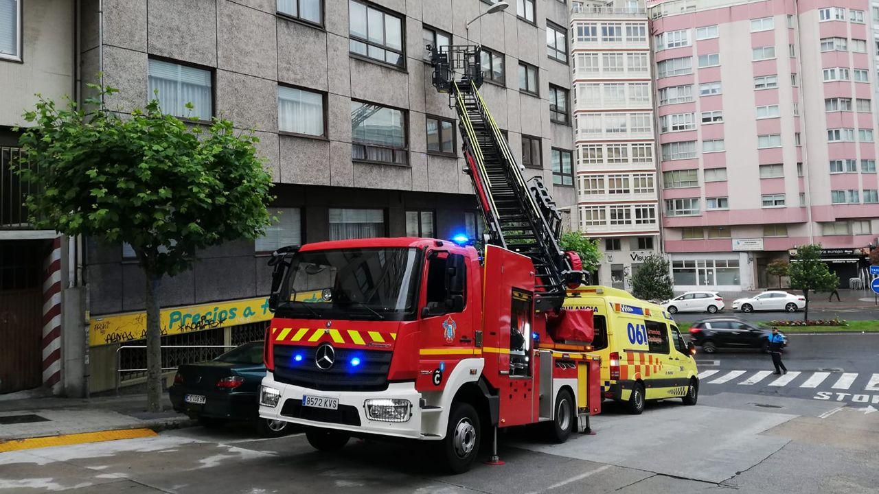 Los bomberos auxilian a una mujer de avanzada edad en su vivienda