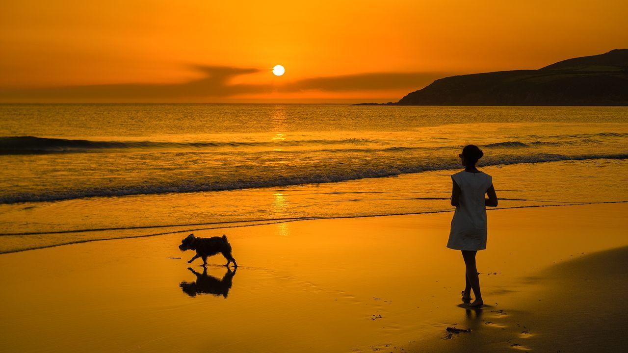 Puesta de sol en la playa de Lires, en Cee.Uno de los yates, de 52 pies, que alquila en la ría de Pontevedra la empresa Sea Galicia
