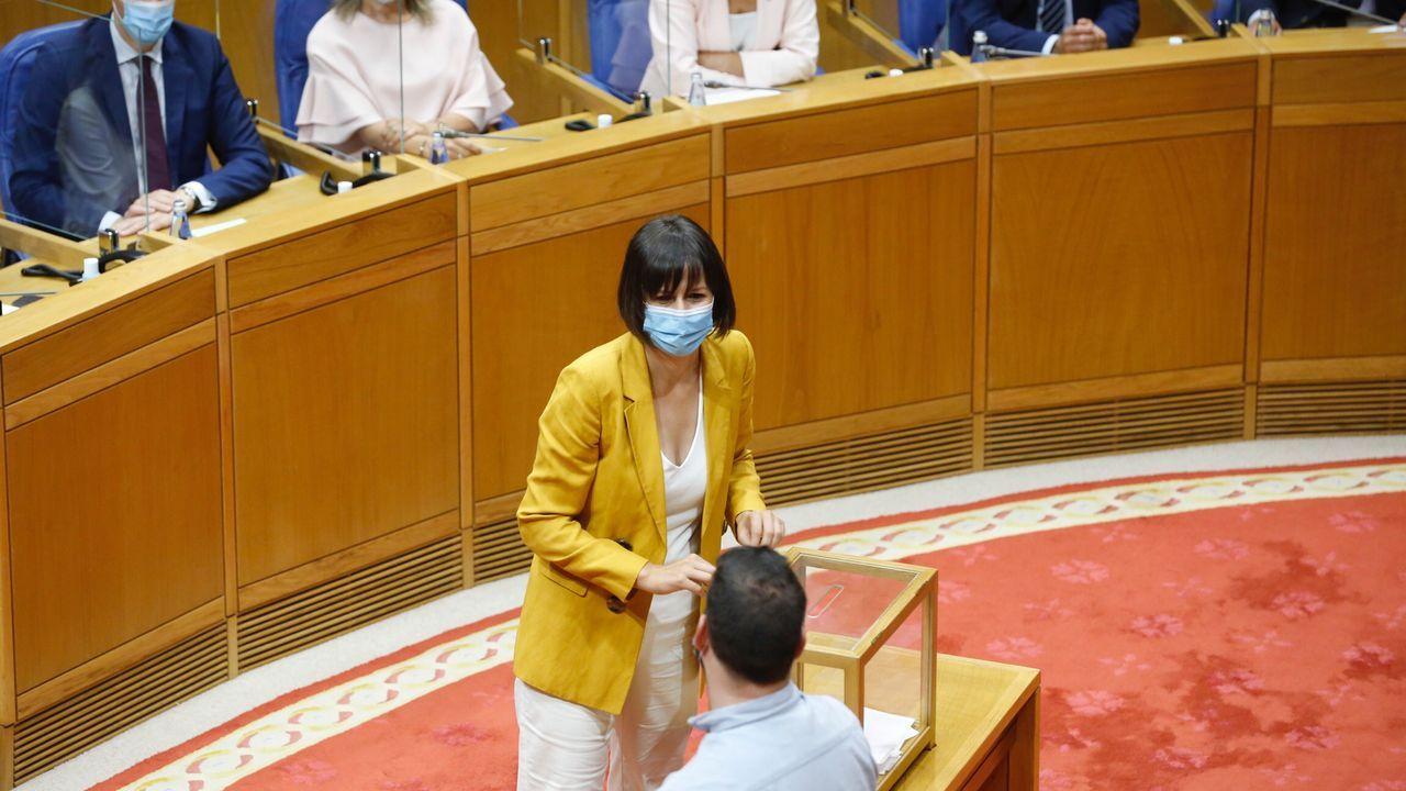La líder del BNG deposita su voto para elegir al presidente del Parlamento