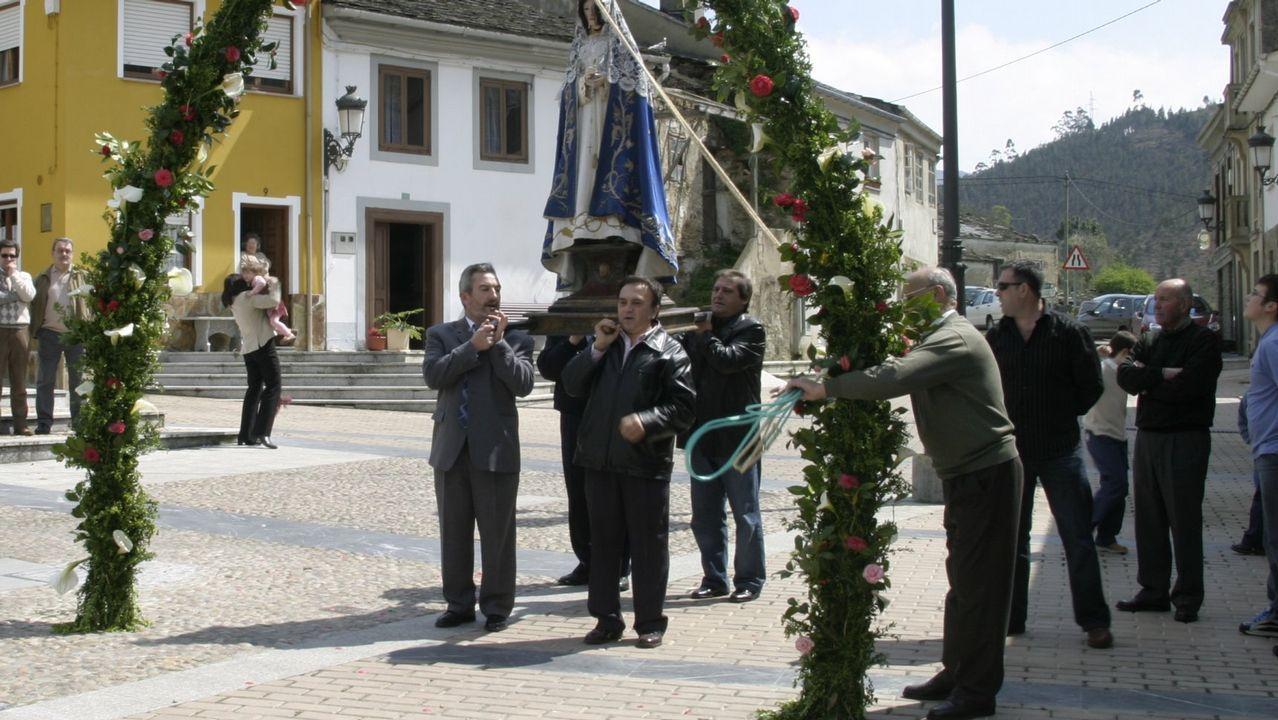 De izquierda a derecha, la secretaria de Política Municipal de IU de Oviedo Gabriela Álvarez, la alcaldesa de Castrillon, Yasmina Triguero y el diputado Ovidio Zapico, durante la rueda de prensa