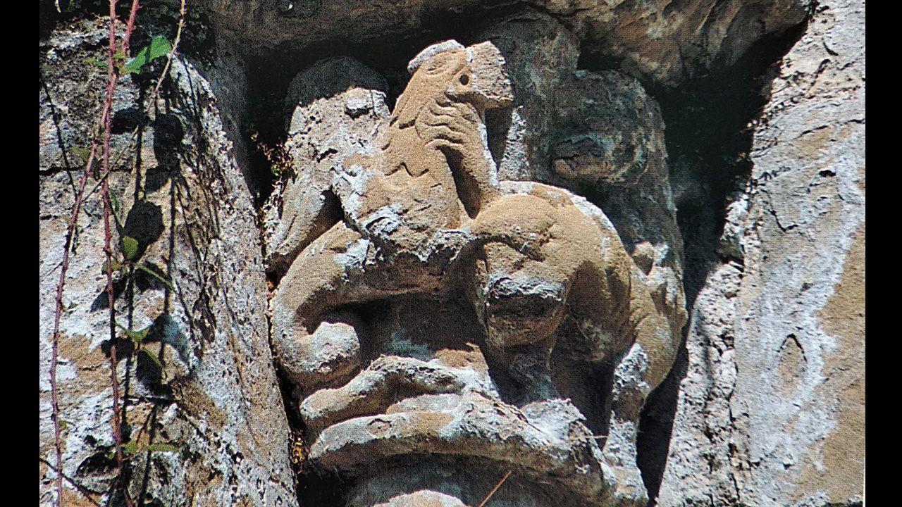 Basilisco en las ruinas del monasterio de San Pedro de Plecín, Alles (Peñamellera Alta).