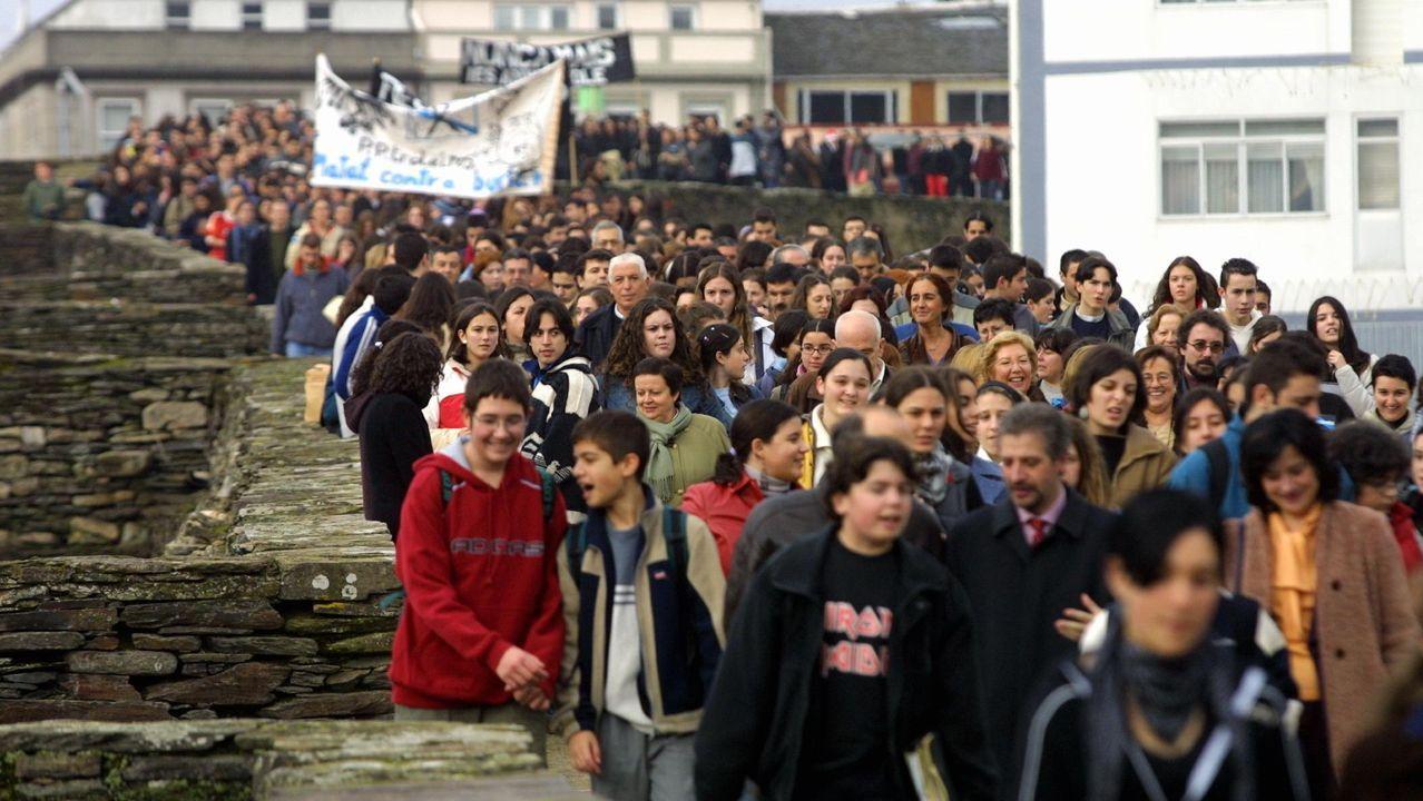 Cientos de estudiantes salieron por el adarve de la Muralla el 20 de diciembre del 2002 para exigir responsabilidades por el Prestige