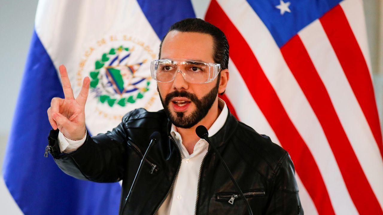 El presidente del Salvador, Nayib Bukele, en una conferencia de prensa junto al embajador de Estados Unidos
