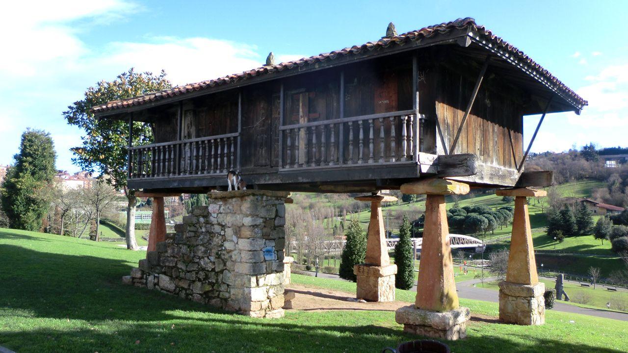 Hórreo en el parque de invierno, en Oviedo