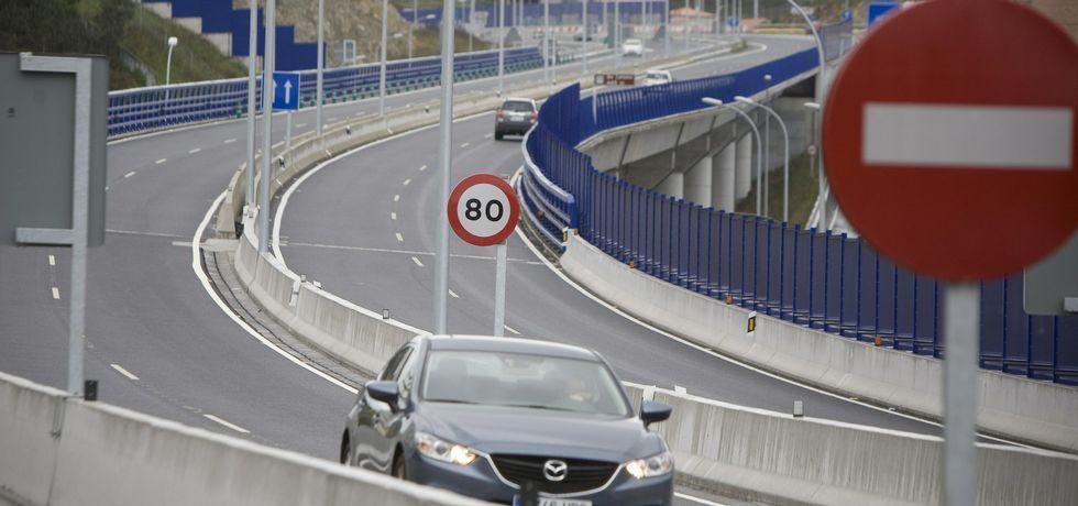 Los operarios ultimaban ayer labores de urbanización en la nueva superficie peatonal.