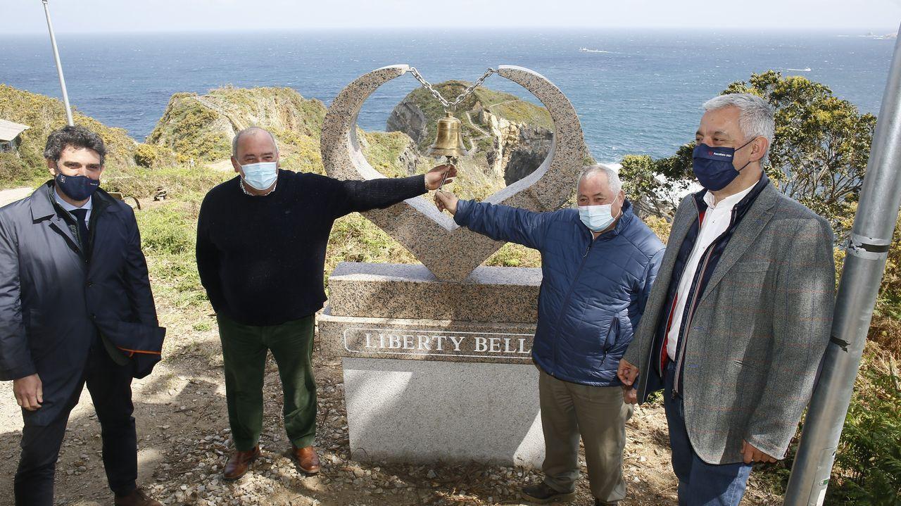 El alcalde de O Vicedo y el de Portomarín participaron ayer en la colocación de la campana