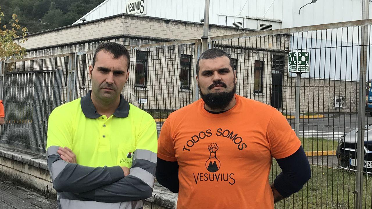 Protesta de Vesuvius.Epifanio Curto y Emeterio Ramos, delante de la fábrica