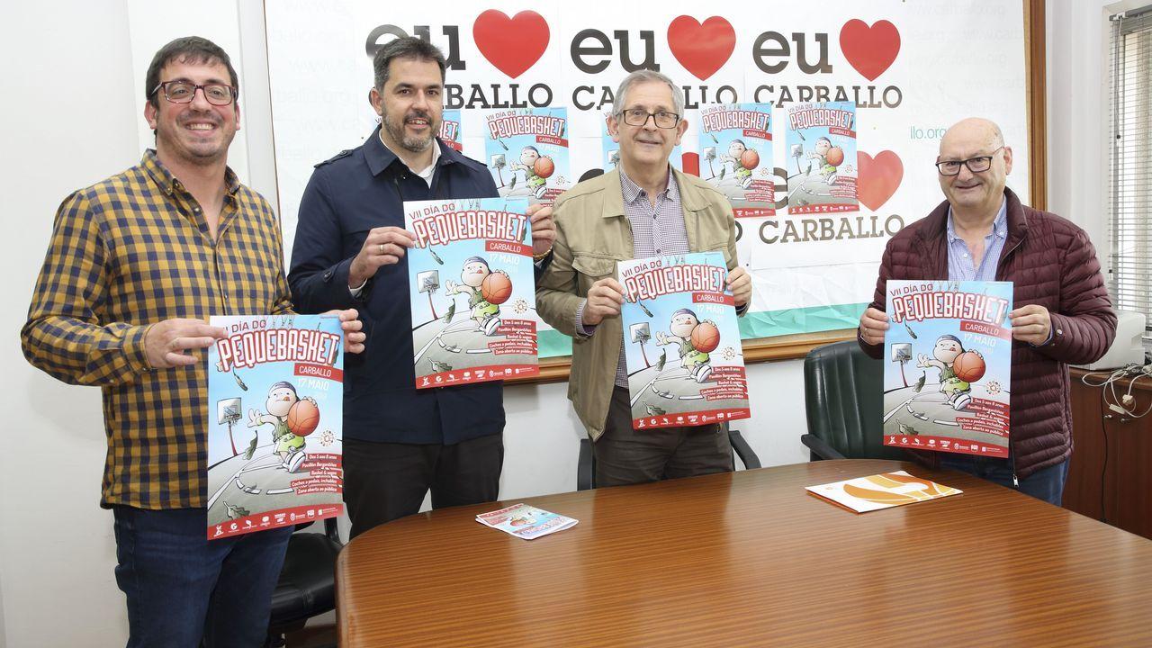 As imaxes da entrega de premios do terceiro certame Contos de Primavera.Evencio Ferrero, a la izquierda, conversando con vecinos