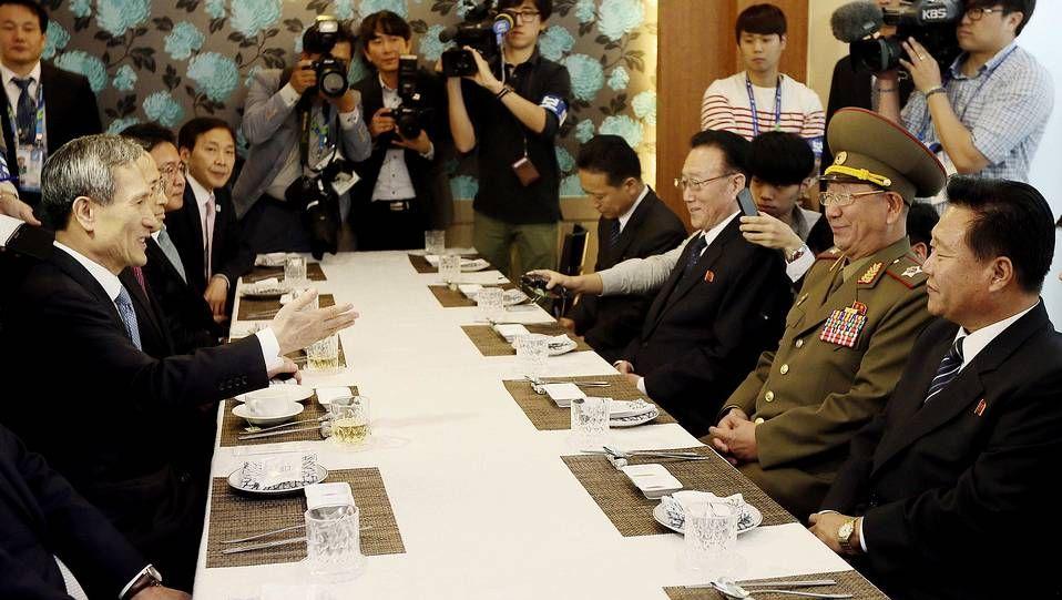 La delegación norcoreana (derecha) realizó una breve visita de cortesía al primer ministro surcoreano, Chung Hong-won (izquierda)