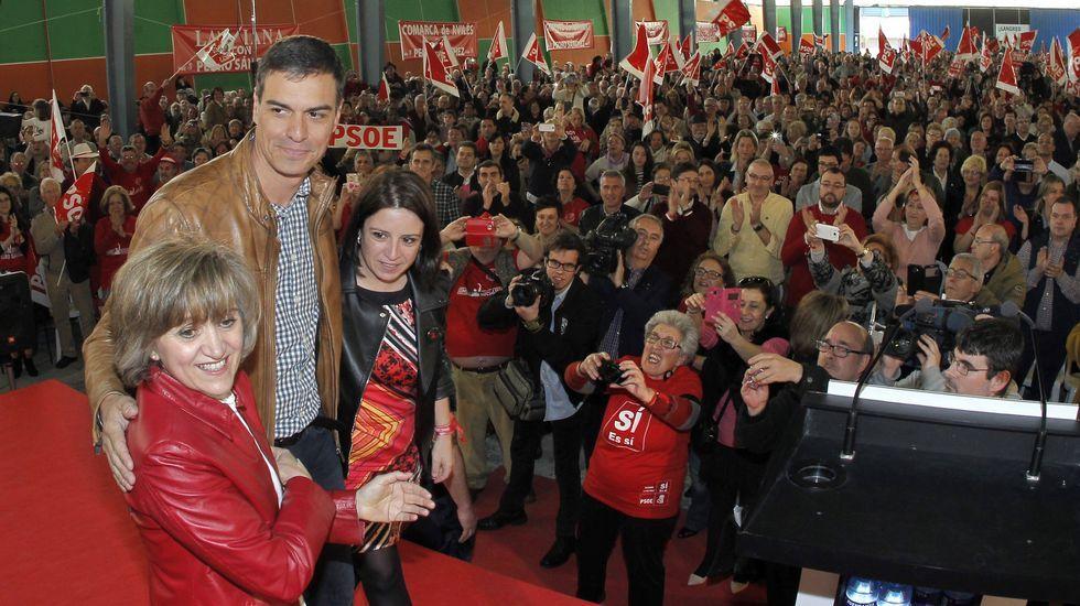 El candidato a la Secretaría General del PSOE Pedro Sánchez (c), acompañado de la diputada asturiana Adriana Lastra (d), que coordina su candidatura, y la senadora María Luisa Carcedo (i), durante el acto de campaña celebrado en Gijón